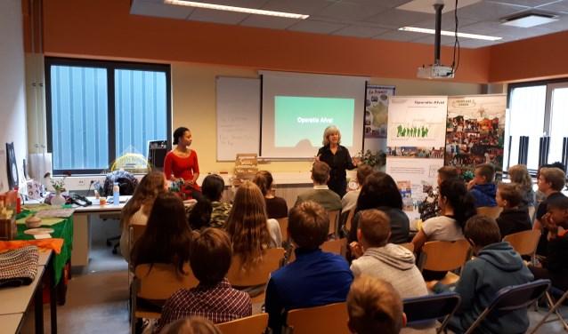 De leerlingen van het Geuzencollege luisteren aandachtig naar een uitleg over Operatie Afval. (Tekst: Peter Spek, foto: Marjolein Wapenaar)