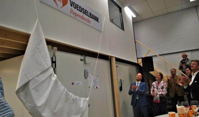 De onthulling van het logo in de nieuwe ruimte van Voedselbank Papendrecht. (foto: pr)