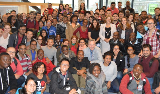 De nieuwe masterstudenten gingen graag op de groepsfoto met de burgemeester (Foto: IHE)