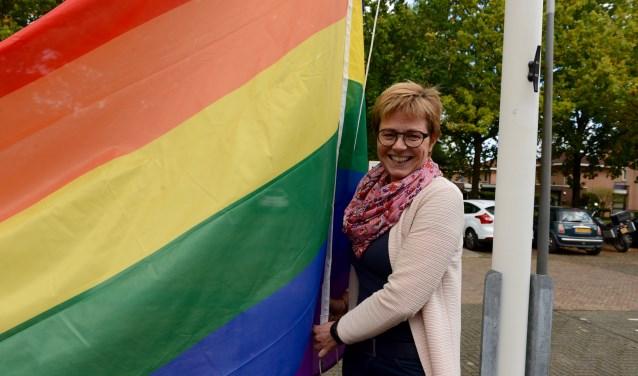 Burgemeester Miranda de Vries van Geldermalsen hijst de Regenboogvlag voor het gemeentehuis    (Foto: Cees Hoogteyling)
