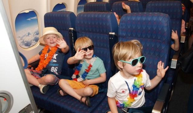 De gasten zijn ingecheckt door de stewardessen en vervolgen hun reis in de businessclass.