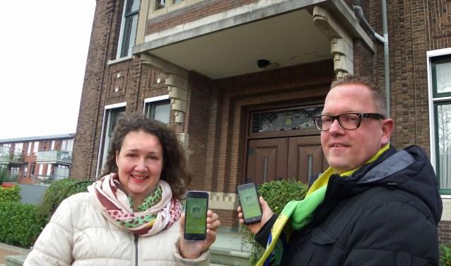 Mariëlla en Iwan Vervoort introduceren de nieuwe Krooshappers App bij het voormalige gemeentehuis, waar ook de onthulling van prins en hofdames plaatsvindt. FOTO: Morvenna Goudkade
