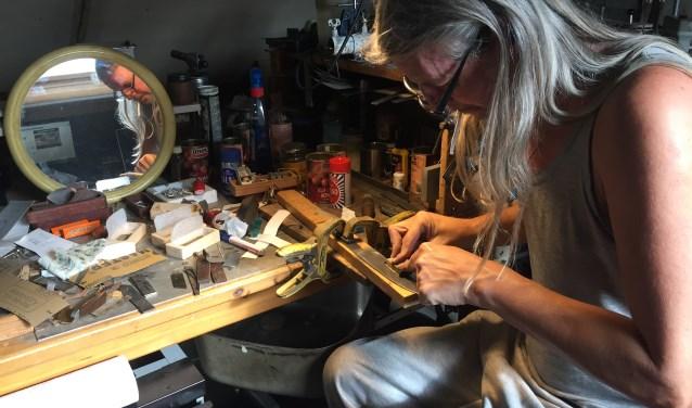 Wytse Kersseboom is een messenmaker en eigenaar van Cryptic Knives. Hij signeert elk mes dat hij maakt. Zijn meesterteken is de sakura, een uit de hand getekende en geëtste kersenbloesem. FOTO: Ellen van Dilst