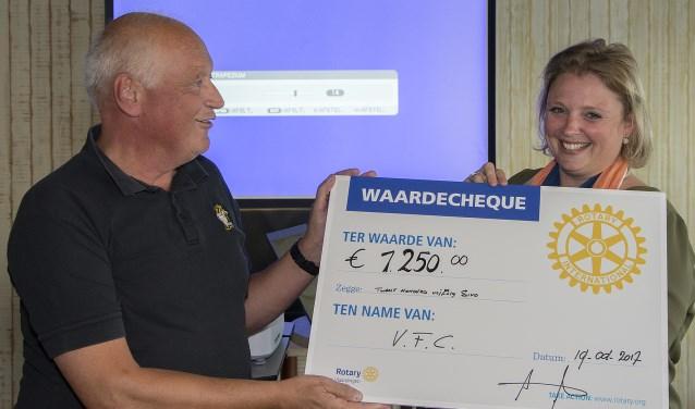 Voorzitter Miranda Kortenhof van Rotary Vlaardingen overhandigt de cheque ter waarde van 1250 euro aan Laurens Rijntalder van VFC. (Foto: Ruud Ham)