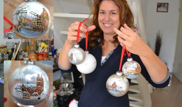 Margo Boers en haar Dordtse kerstballen. (foto: Arco van der Lee)