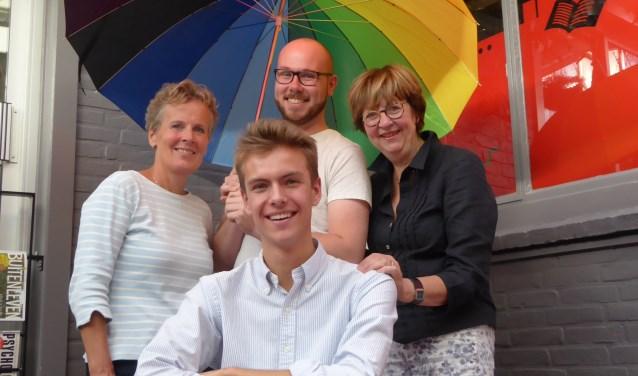 Monique de Vriend, bestuurslid van het LHTB Netwerk Zeeland (links), Ditty Smit, ambassadeur Roze 50+ Zeeland (rechts), Jeffrey Walhout van COC Zeeland (midden) en de 19-jarige scholier Borre Boluijt (vooraan). FOTO: Rachel van Westen
