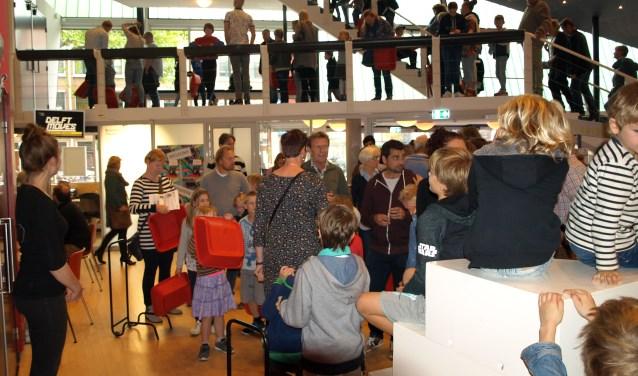 Nog een paar minuutjes geduld voor première van de theatervoorstelling De Waanzinnige Boomhut van 13 verdiepingen in Theater de Veste. Foto: Simone Langeveld