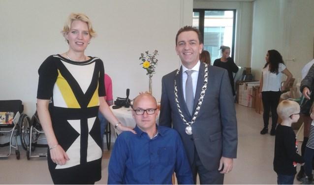 Roger Daal, hier samen met zijn vrouw Petra en burgemeester Bezuijen, heeft hoge verwachtingen van zijn bedrijf