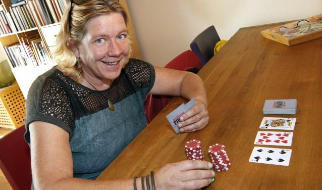 """Over haar aanpak laat Inge de Groot zich niet teveel in de kaart kijken. ,,Je moet altijd wel het hoofd erbij hebben. Pokeren is niet een gokspel, maar een denksport."""" (foto Auke Pluim)"""