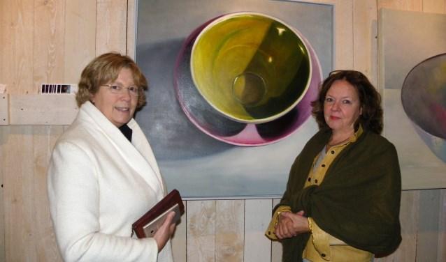 Bezoekster Arja van Velzen-Wijnen en kunstenares Minke Buikema in gesprek over schildertechnieken tijdens De Schone van Boskoop. FOTO: Morvenna Goudkade