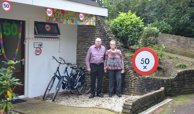 Henk (71) en Louise (69) van der Burgh uit Culemborg voor hun appartement 10 van De Bosrand.