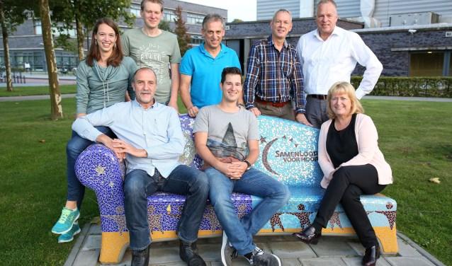 Zittend op het bankje v.l.n.r; Theo van Eerd, Rutger Sauter, Tonnie van de Vleut. Achterste rij v.l.n.r; Tamara Renders, Rik Snelders, Peter Renders, Jaap Bekker en Paul Ramaekers (Foto: Theo van Sambeek).