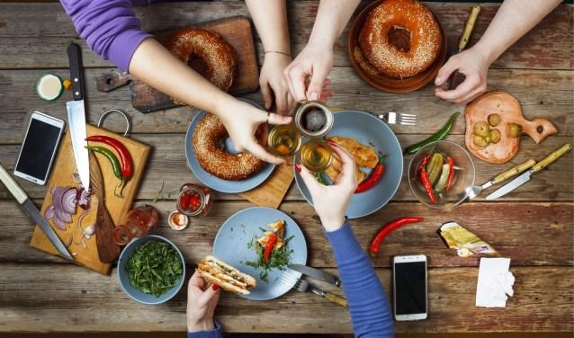 In groepsverband gaan deelnemers aan 'Je bent meer dan je gewicht' aan de slag met onder andere gezonde voeding. Via WhatsApp kunnen ze elkaar op de hoogte houden of tips uitwisselen.