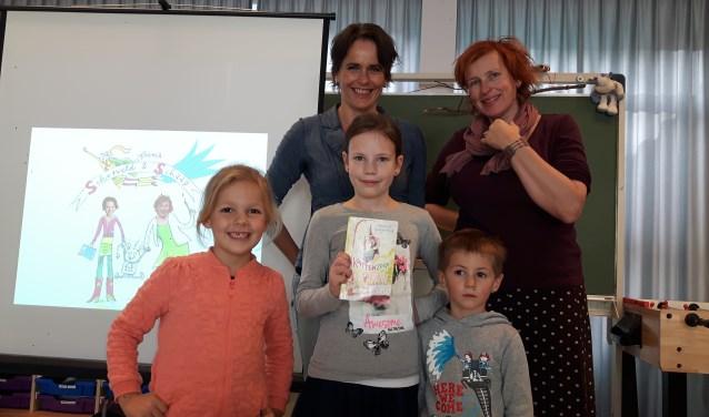 Driebergse schrijfster Janneke Schotveld en  illustratice Annet Schaap kwamen deze week op bezoek bij BSO het Vossenhol. FOTO: Marcel Bos