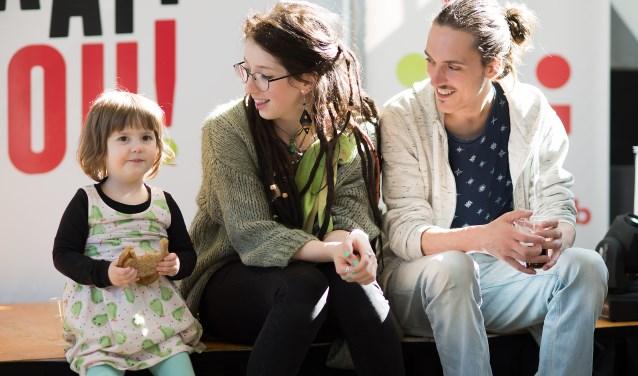 Eén van de jongeren die de afgelopen maanden het Buzinezzclubprogramma volgde is Laura (midden). Zij heeft nu een eigen bedrijfje.