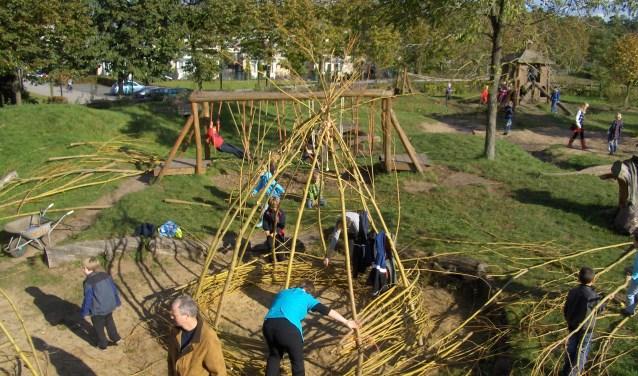 Samen een grote hut bouwen van wilgentenen tijdens de herfstvakantie.