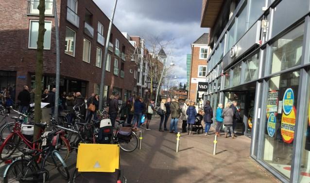 Een lange stoet mensen wacht voor de ingang van de toenmalige V&D. Zo druk als toen is het er nooit meer geworden. (foto: archief/Danny van Zeggelaar)