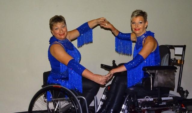Carla Stolwijk en Jessica van Schaik hier tijdens het NK Rolstoeldansen in Steenwijk. Ze wonnen de titel in hun klasse Duo Latin waarin ze de Jive, Cha Cha, Paso Doble, Rumba en Samba dansen. FOTO: PR