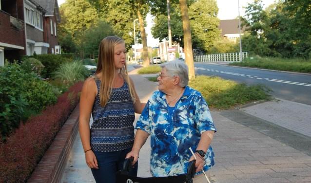 Vivian (19) kwam vier jaar geleden bij Ans om haar maatschappelijke stage te vervullen. Na deze stage gaf Vivian aan dat ze Ans graag wilde blijven bezoeken.