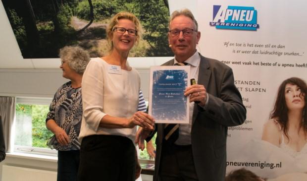 Slaapzorgprofessional Mieke Budel neemt namens het slaapzorgteam van het GHZ het certificaat in ontvangst  Foto: PR