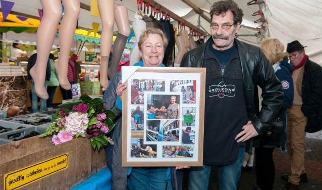 Joop en Nel zijn zaterdag verrast op de weekmarkt met een klein feestje. Foto: Ropa Photo