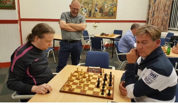 Terwijl voorzitter Teunis Bunt toekijkt, vechten Hotze Tette Hofstra (links) en Noel Bovens om de titel