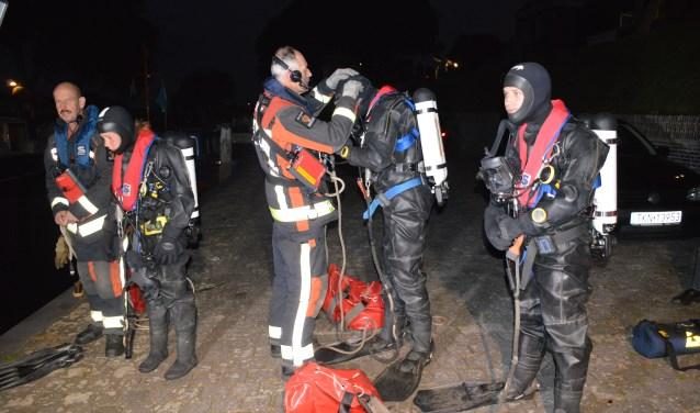 Brandweerduikers van kazerne Schoonhoven oefenen met een auto te water. (Foto: Tessa de Gruijter)