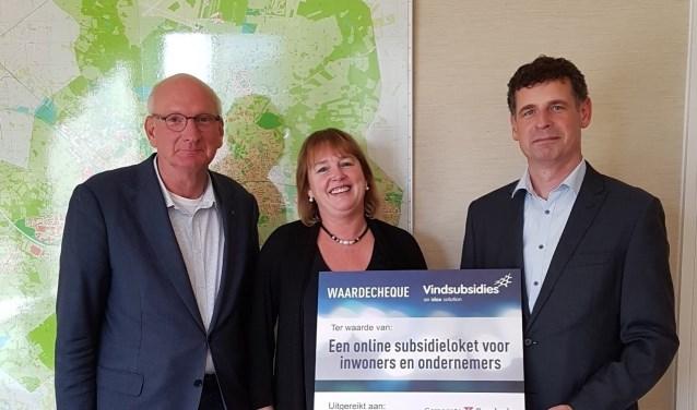 Hans van Agteren en Marie-José Bramer (Jij maakt de buurt!) ontvangen de cheque van Paul van den Berg (Vindsubsidies).