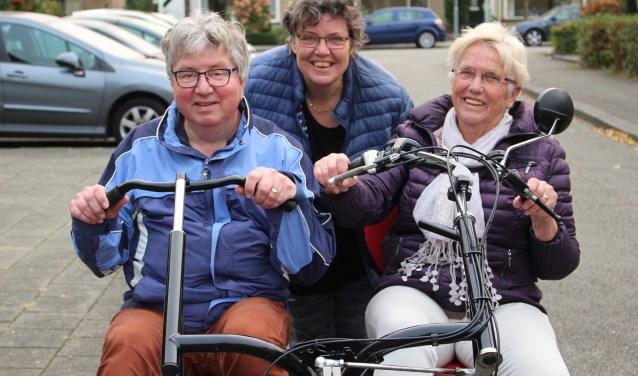 Jos Janssen en zijn maatje Maartje klaar voor een stevig fietstocht, naar Woudenberg of Kootwijkerbroek, ze zien wel. Irma laat ze met een gerust hart gaan en kan even op adem komen.