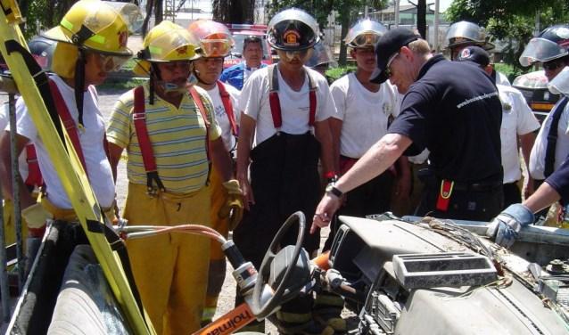 De brandweermannen reizen geheel vrijwillig de wereld over om ontwikkelingslanden te helpen bij het verbeteren van hun veiligheid door middel van de donatie van tweedehands materiaal en het geven van trainingen zoals op de foto in Guatemala.
