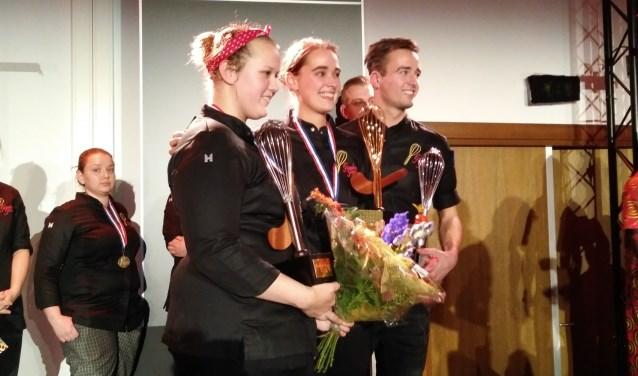 Lisa ontving de gouden bokaal in de vorm van een garde uit handen van oud-winnaar Lotte Dierick.