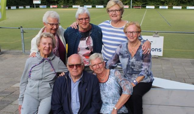 Sportvrijwilliger Kas Zomer tussen zes van de 45 leden van zijn trimclub die gemiddeld al 35 jaar lid zijn en trouw elke week de oefeningen doen. (Foto: Lysette Verwegen)
