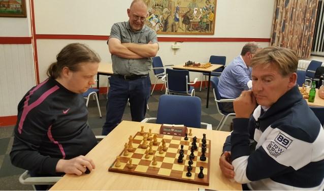Terwijl Teunis Bunt toekijkt, vechten Hotze Tette Hofstra (links) en Noel Bovens in een barrage om de titel. (Foto: Rinus van der Molen)