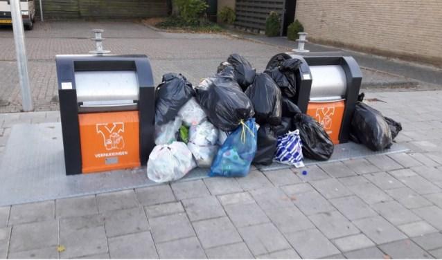 Afval hoopt zich voornamelijk op in het weekend bij de milieu-eilanden