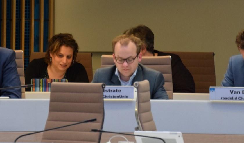 Raadslid Daan Weststrate (links) met achter hem wethouder Vreugdenhil