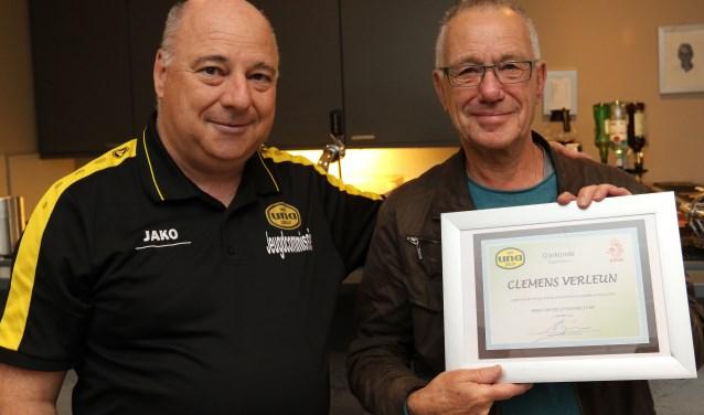 Scheidsrechter Clemens Verleun draait al heel wat jaren mee, afgelopen weekeinde werd hij voor zijn verdiensten in het zonnetje gezet.
