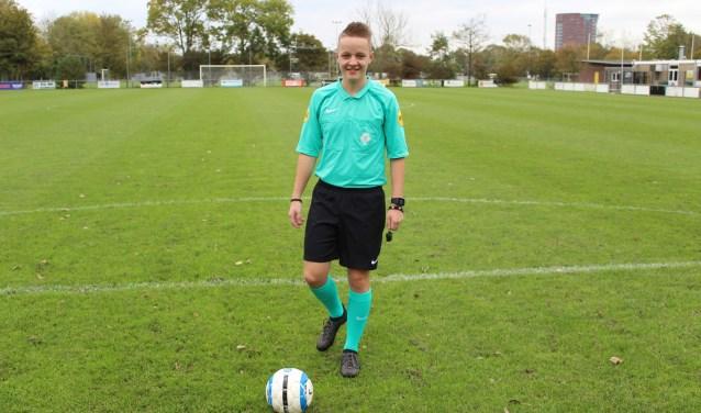 Niels Boel uit Vlissingen staat hier op  het veld van voetbalclub SV Walcheren, de club waar zijn ambitie voor het fluiten begon. FOTO: MARIT JANSEN VAN GALEN