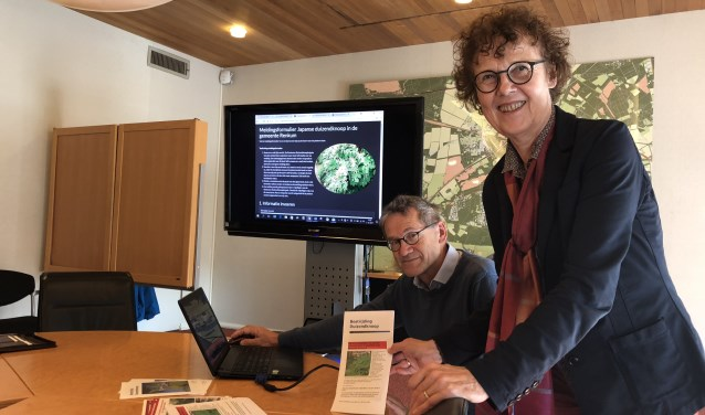 Henny Tax van de Duizendknoopbrigade en wethouder Wendy Ruwhof met op de achtergrond de nieuwe website.