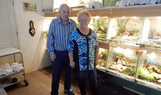 """Cor en Corrie van Hunnik kweken tropische kikkers en ook bjizondere bromelia's voor een natuurlijke omgeving voor de kikkers in de kweekbakken. """"Deze soorten vind je niet in tuincentra."""" FOTO: Asta Diepen Stöpler"""
