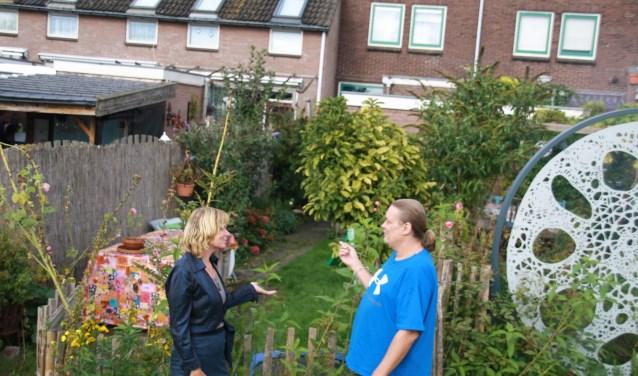 Mechteld Lureman en Harald van Roekel maken zich nog steeds grote zorgen over de vervuiling in de tuinen. (foto: Kees Stap???????)
