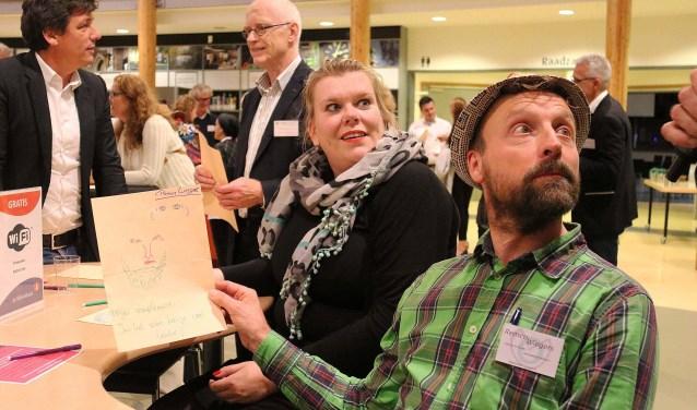 De openingsopdracht van het Ondernemersevent 2017 was het tekenen van elkaars portret met als onderschrift een compliment. FOTO: Hanny van Eerden