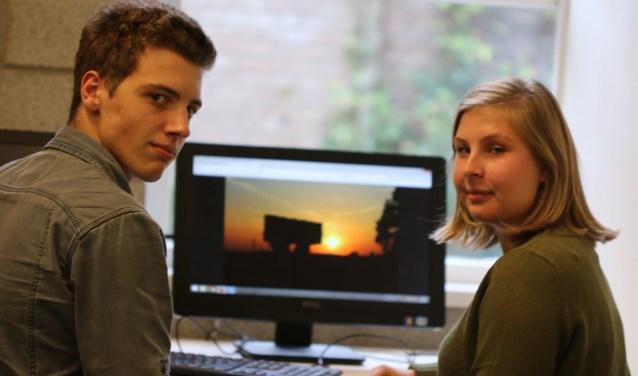 """Jeroen en Isabel laten de foto's van de reis naar Polen zien. """"Hier zie je het monument Majdanek, dat was erg indrukwekkend."""" (foto: Feikje Breimer)"""