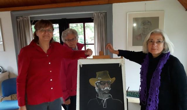 """Anna Boer (links) geeft les in portrettekenen. """"Je moet blijven meten,"""" zegt Anna. """"De verhoudingen moeten op papier kloppen."""" Naast Anna staat Dorine met een net gemaakt portret.Foto: Marcel Bos"""