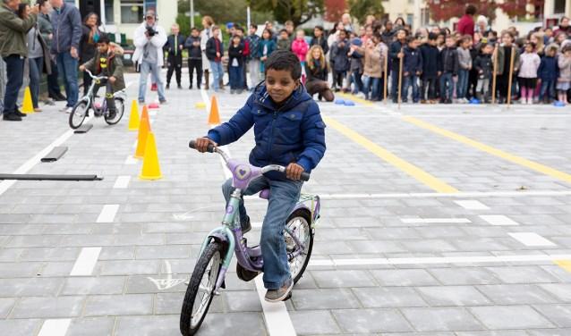 Wie fietst moet veel dingen tegelijk doen. (Foto: Jurriaan Brobbel)