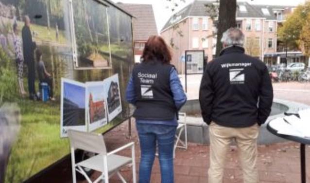 Sociaal Team en Wijkmanager bij de buurtmobiel in Den Dolder.