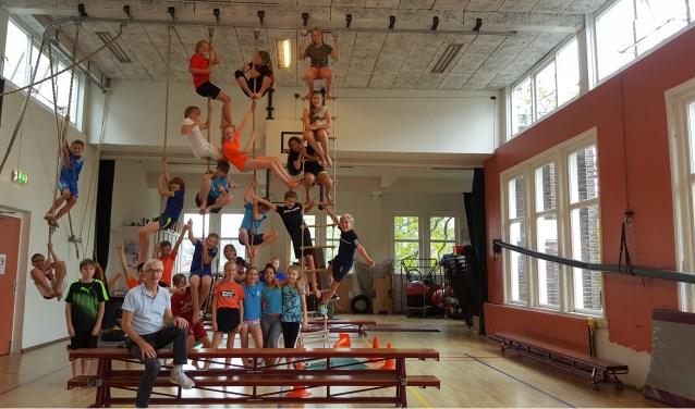 De leerlingen van meester Bert laten voor de foto graag zien wat ze kunnen. Foto: Annemarie de Vries.
