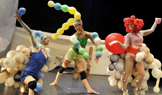 Het festival opent op vrijdag 13 oktober in de Koninkijke Schouwburg met de beeldende dansvoorstelling Zick Zack Puff (5+) van het Zwitserse dansgezelschap Madalfa.