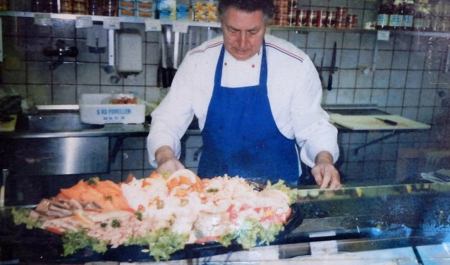 Bertus Vossole aan het werk in zijn viswinkel Vossole. FOTO: archief familie Spitsbaard