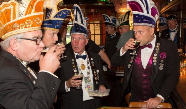 Speciaal voor het jubileum werd een Nettelkearlsspeciaalbier gebrouwen. De heren lieten het zich goed smaken. Foto: dezefoto.nl