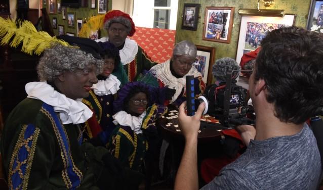 Opa-Piet (met rode muts) was even in Gouda ter voorbereiding op de intocht van Sint Nicolaas. Er werd bovendien een promotiefilm gemaakt. Foto: Marianka Peters
